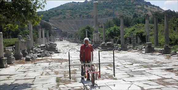 Magnetikmessungen unter der Leitung von Dr. Sirri Seren an der historischen Hafenstraße in Ephesos. © ZAMG Geophysik