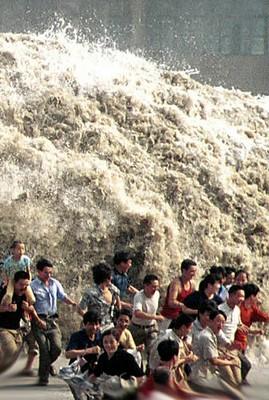 Menschen versuchen noch vor der Tsunami Welle zu fliehen