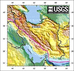 Lage des Epizentrums (USGS). In rosa ist die Plattengrenze zwischen Arabischer und Eurasischer Platte dargestellt.