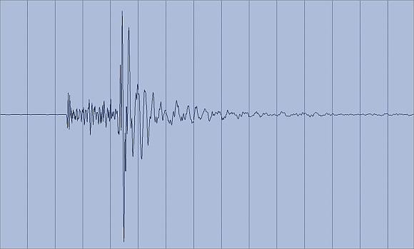 Registrierung des Erdbebens südlich von Wattens, Tirol, am 3. Juli 2012 an der Station WTTA des Österreichischen Erdbebendienstes (etwa 1 km vom Epizentrum entfernt). Die Abbildung zeigt einen 15 Sekunden langen Ausschnitt.